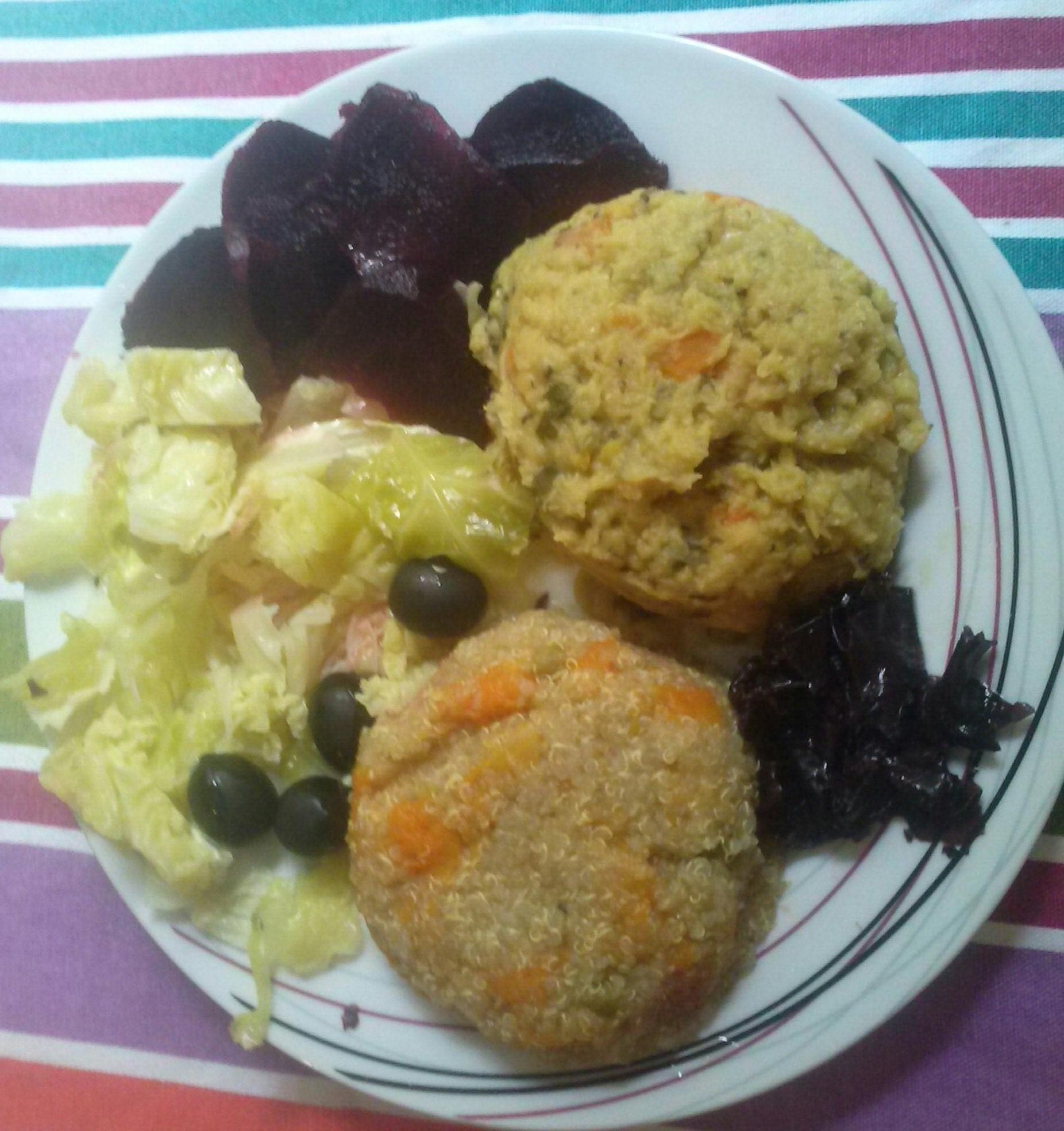 Plato combinado: Quinoa, lentejas rojas, remolacha, col verde y alga dulse