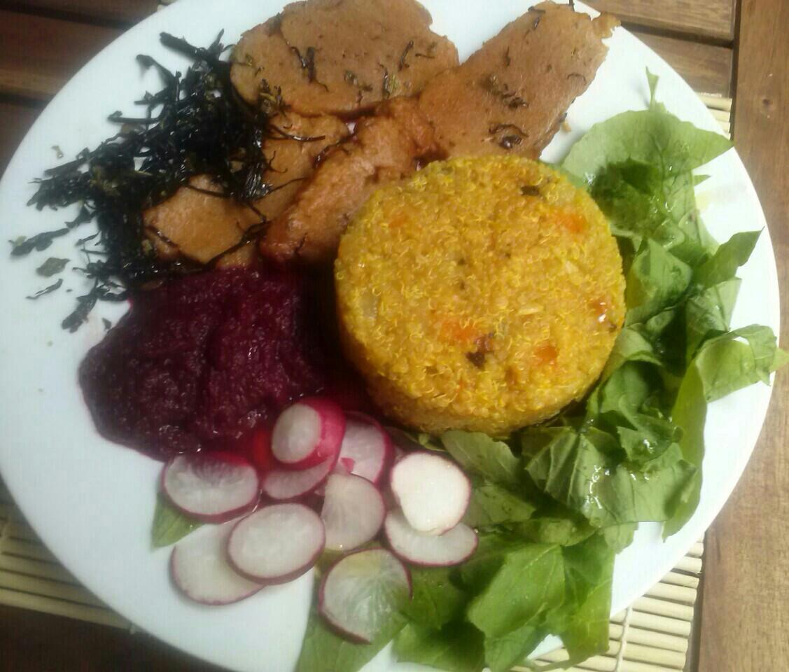 Plato combinado: Quinoa, seitán, alga arame, salsa remolacha rápida.